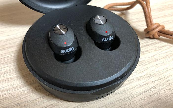 Sudio NIVÅ 充電中のランプ点灯
