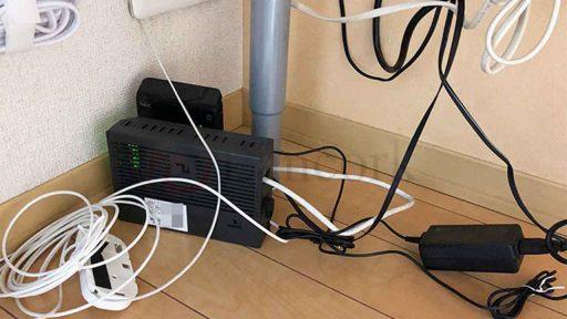 机の下のごちゃついた空間