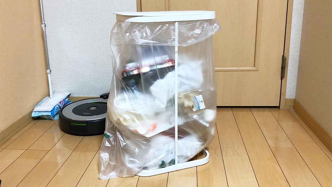 山崎実業のゴミ箱「分別ゴミ袋ホルダー ルーチェ」ゴミを入れたところ