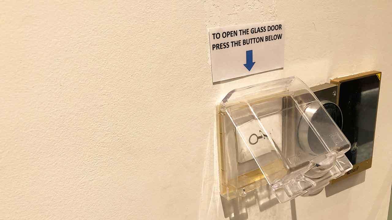 シタディーン ローチョー シンガポール自動ドアのボタン