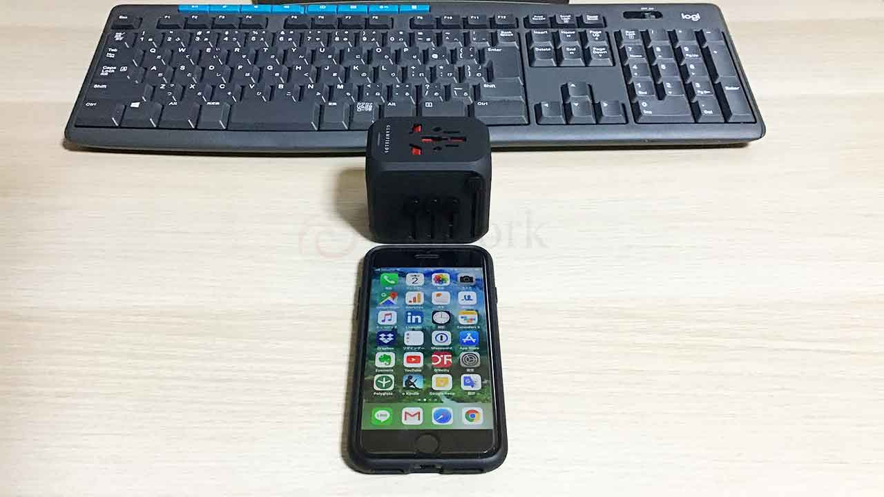 GLAMFIELDSのスライド式コンセント変換プラグ iPhoneと比較