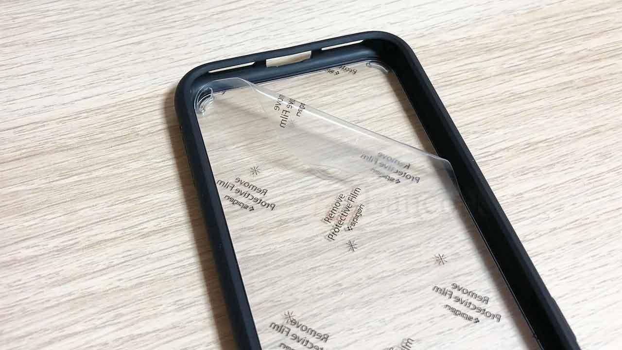 SpigenのiPhone8・iPhone7ケース フィルムをはがす